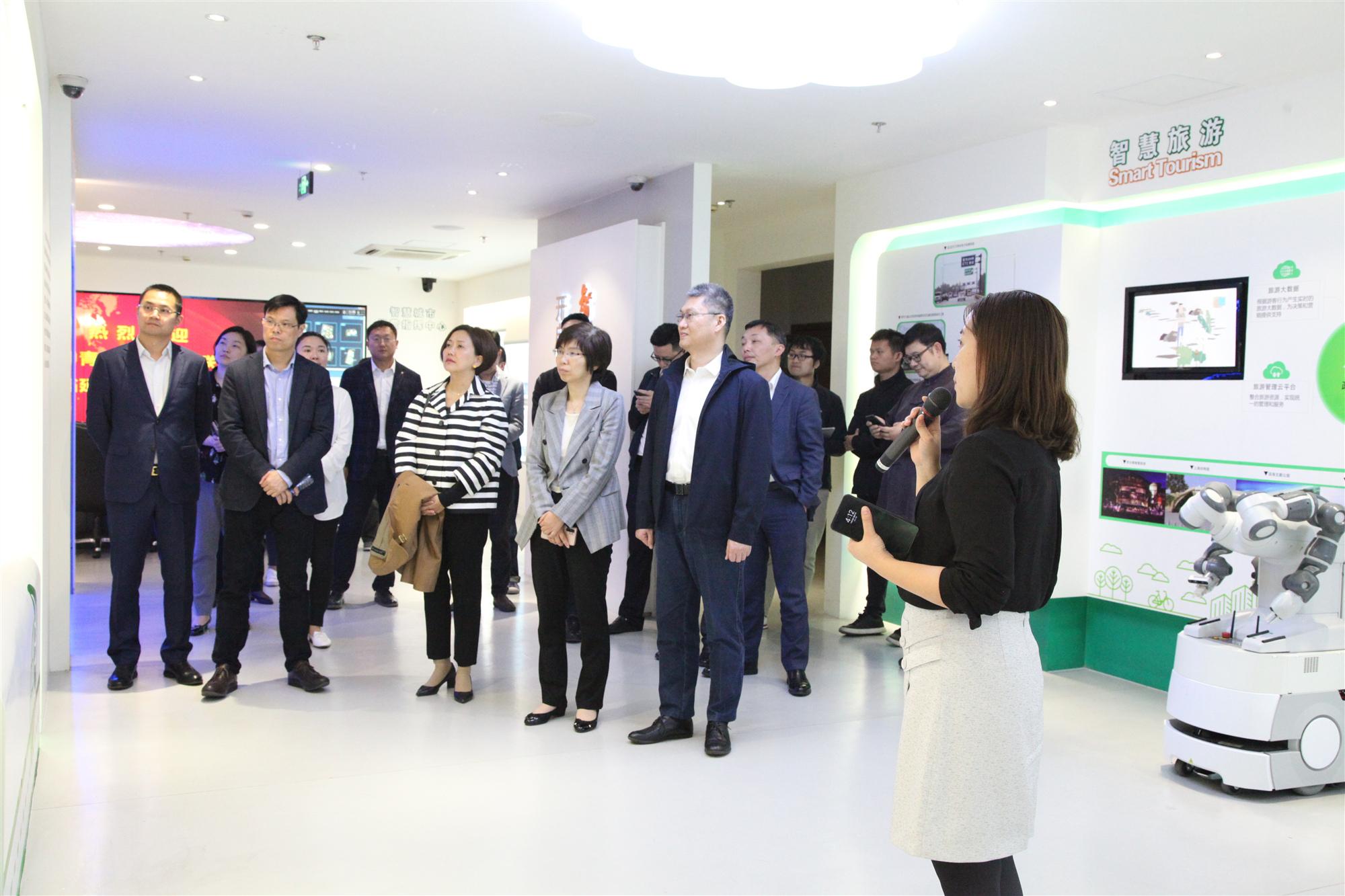 AI科技赋能智慧城市 | 上海市中青年知识分子联谊会人工智能专委会聚首皇冠国际智慧城市体验中心